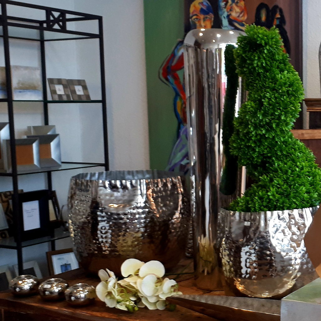 Dekorationsaccessoires wie Blumentöpfe, Kerzenleuchter, Lampen von Markenherstellern wie Lambert oder Fink